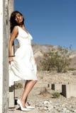沙漠俏丽的妇女 免版税库存图片