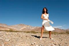 沙漠俏丽的妇女 免版税库存照片