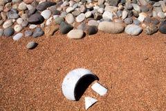 沙漠假山花园和残破的瓦器 免版税库存图片