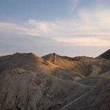 沙漠去年轻人的人沙子 免版税库存照片
