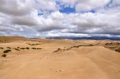 沙漠和云彩 皇族释放例证
