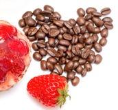 沙漠和咖啡展示草莓酸的饼和烘烤 免版税库存图片