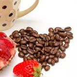 沙漠和咖啡展示草莓酸的饼和饮料 免版税库存图片