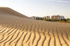 沙漠和城市 免版税库存照片
