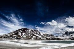 沙漠和山在蓝天和白色云彩在Altiplano,玻利维亚 免版税库存图片