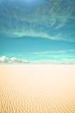 沙漠和超现实的云彩 免版税库存图片