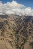 沙漠和高山鸟瞰图从飞机窗口 新的德里Leh飞行,印度 库存图片