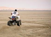 沙漠四元组骑马 库存照片