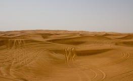 沙漠地区在迪拜,阿拉伯联合酋长国 游人经常把带到沙漠徒步旅行队和沙丘打击的这个地点 免版税库存照片
