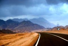 沙漠多山路 库存照片