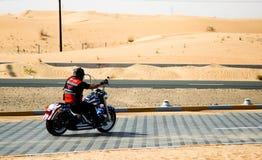 沙漠孤立骑自行车的人 免版税库存照片