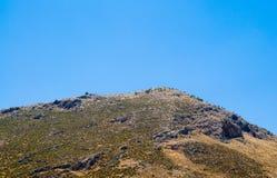 沙漠山上面在清楚的天空的 库存照片