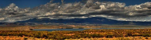 沙漠山全景风暴 免版税库存图片