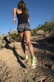 沙漠山行迹女性赛跑者 图库摄影