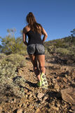 沙漠山行迹女性赛跑者 免版税图库摄影