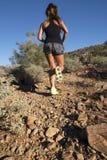 沙漠山行迹女性赛跑者 免版税库存照片