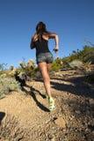 沙漠山行迹女性赛跑者 免版税库存图片
