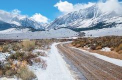 沙漠山路在冬天 库存图片