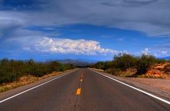 沙漠山路 免版税库存照片