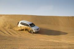沙漠徒步旅行队在迪拜,阿拉伯联合酋长国 免版税库存图片