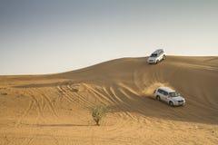 沙漠徒步旅行队在迪拜,阿拉伯联合酋长国 免版税图库摄影