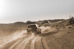 沙漠徒步旅行队在迪拜 免版税库存图片