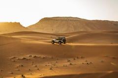 沙漠徒步旅行队在迪拜 库存图片