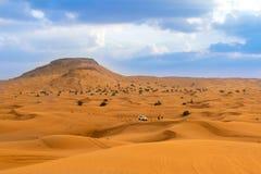 沙漠徒步旅行队在迪拜 库存照片
