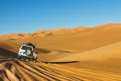 沙漠徒步旅行队撒哈拉大沙漠 图库摄影