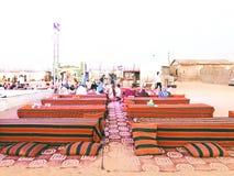 沙漠徒步旅行队迪拜 免版税库存图片