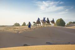 沙漠旅游有蓬卡车,摩洛哥 图库摄影