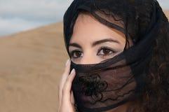 沙漠沙丘的性感的妇女肚皮舞表演者阿拉伯人 库存图片