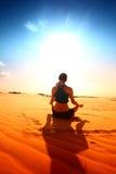 沙漠瑜伽 免版税库存图片