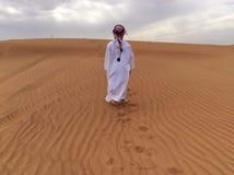 沙漠男孩迪拜沙子孩子 免版税库存照片