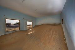 沙漠的被放弃的房子在迪拜附近 免版税库存图片