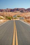 沙漠离开的高速公路 免版税库存图片