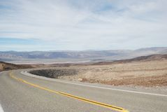 沙漠路在死亡谷。 免版税库存图片