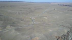 沙漠路的中部 是汽车 从空气寄生虫的射击 飞行在沙漠 股票录像