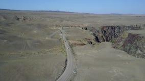 沙漠路的中部 是汽车 从空气寄生虫的射击 飞行在沙漠 股票视频