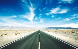 沙漠路的减速火箭的被定调子的图片,美国 免版税库存图片