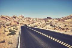 沙漠路的减速火箭的风格化图片 免版税图库摄影
