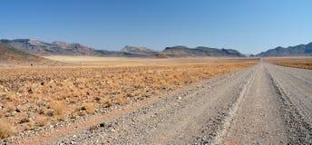 沙漠路通过山 免版税库存照片