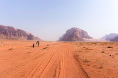 沙漠远航 免版税库存照片