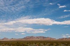 沙漠遇见山 库存照片