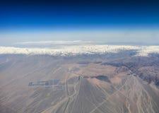 沙漠遇见雪山 库存图片