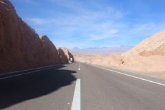 沙漠阿塔卡马路 免版税库存图片