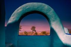沙漠风景山景城通过曲拱 免版税库存图片