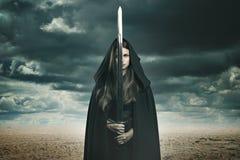 沙漠风景的美丽的黑暗的妇女 库存照片