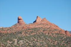 沙漠风景:红砂岩山形成,前景的植物,在U的亚利桑那 S 西南 免版税库存图片