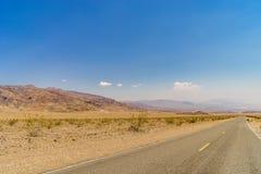 沙漠高速公路向死亡谷国家公园 库存图片